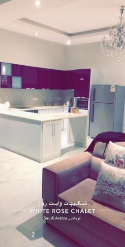 Uma área de estar em White Rose Resort شاليهات وايت روز