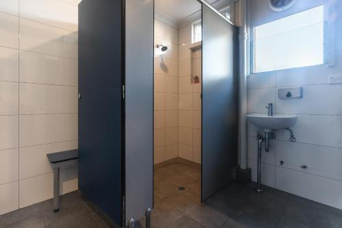 A bathroom at Highfield Private Hotel