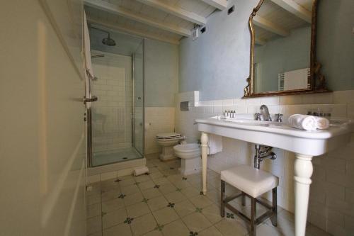 A bathroom at Classique
