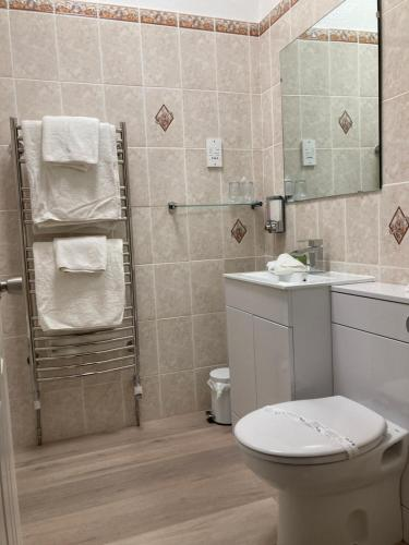 A bathroom at Stow Lodge Hotel