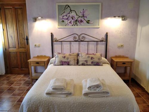 A bed or beds in a room at Apartamentos El Callejón