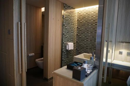 A bathroom at PARKROYAL COLLECTION Pickering SGClean and Staycation Approved