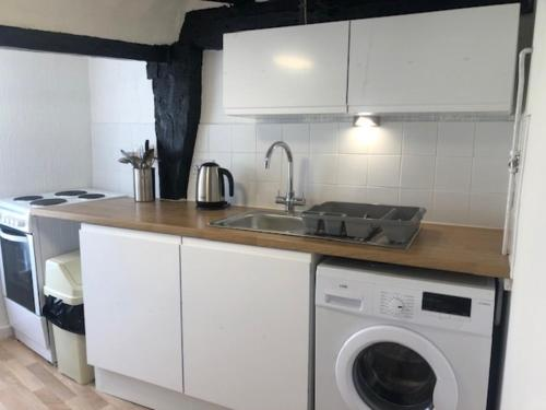 A kitchen or kitchenette at Lovely 1-Bed Apartment in Bungay sleeps 4