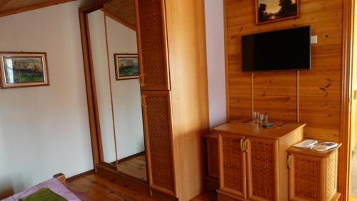 Телевизор и/или развлекательный центр в Smerekova Hata