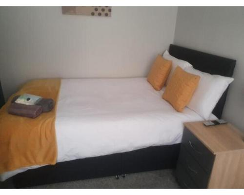 A bed or beds in a room at Townhouse @ Nicholls Street Stoke