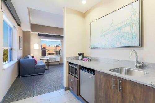 A kitchen or kitchenette at Hampton Inn & Suites Pittsburgh Downtown