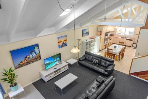 A television and/or entertainment center at Black Dolphin Waterfront Townhouse - Bay Views