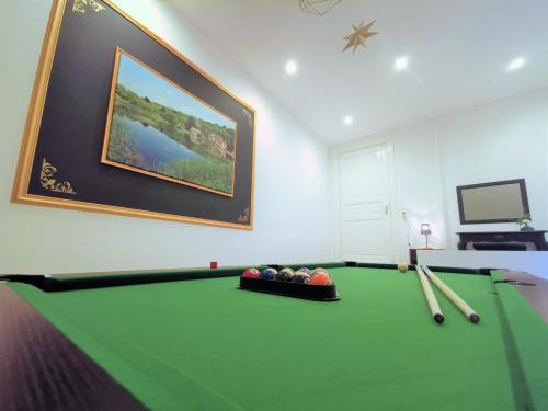 A pool table at Zythogite