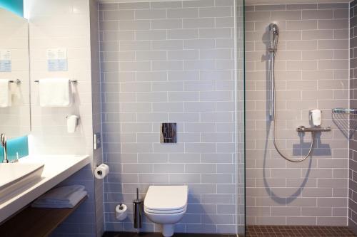 A bathroom at Holiday Inn Express Oberhausen, an IHG Hotel