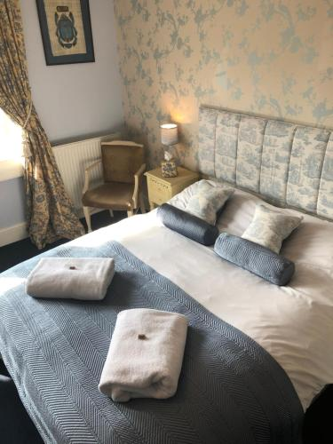 A bed or beds in a room at Devonshire House