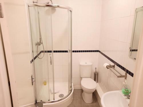 A bathroom at Addenro Apartments