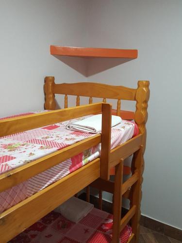Uma ou mais camas em beliche em um quarto em Quitinete -Tamoios - Cabo Frio