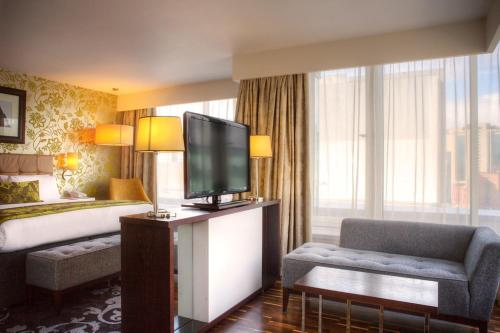 A seating area at Hotel Indigo Glasgow, an IHG Hotel