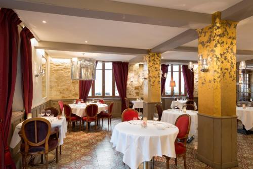 A restaurant or other place to eat at Hôtel du Tribunal