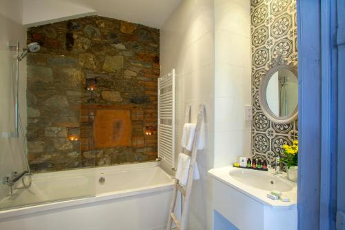 A bathroom at Lyhnos