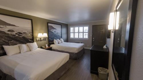 A bed or beds in a room at Super 8 by Wyndham Santa Cruz/Beach Boardwalk East