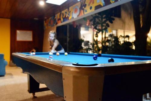 Mesa de billar en Lost in San Jose Hostel