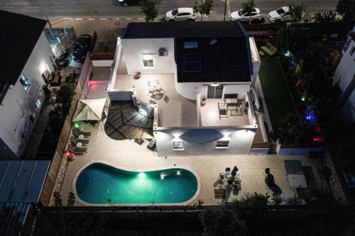 Vista sulla piscina di Sun and view Casa o su una piscina nei dintorni