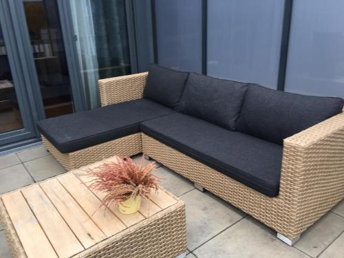 A seating area at Cocoon 77 Apartments