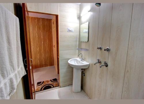 A bathroom at Shivalaya Retreat Manali