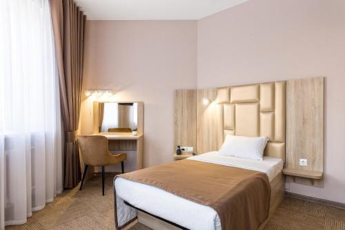 Кровать или кровати в номере Cronwell Ника Центр
