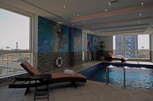 A piscina localizada em Swiss International Royal Hotel Riyadh ou nos arredores