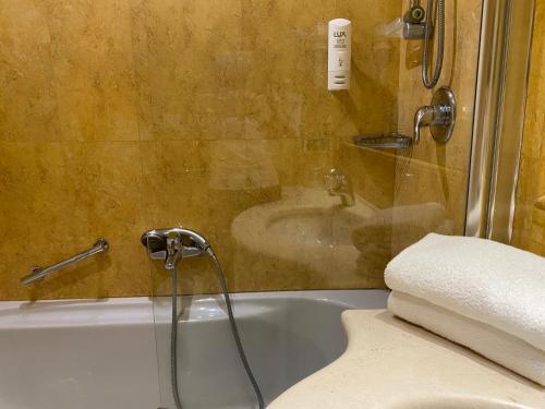 A bathroom at Holiday Inn Cagliari, an IHG Hotel