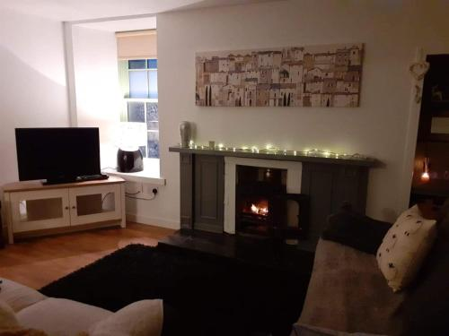 A television and/or entertainment center at Charming 1-Bed Apartment in Kirkwall