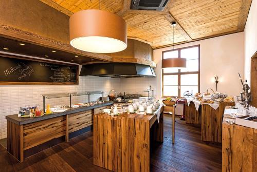 A kitchen or kitchenette at Hotel Hirsch