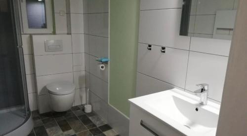 A bathroom at Monteurs Zimmer Noack