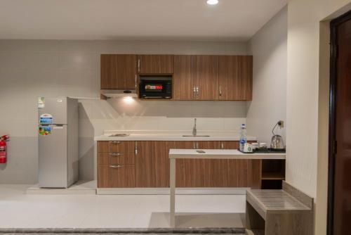 A cozinha ou cozinha compacta de Rawabi Al Khobar Hotel