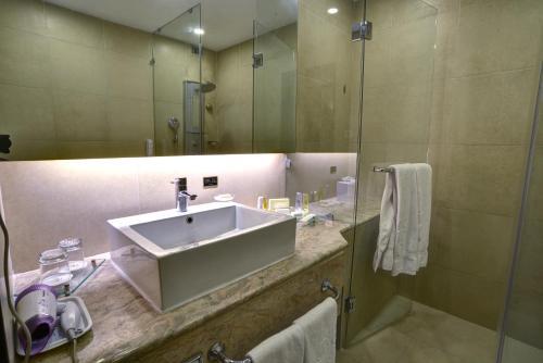 A bathroom at Pearl Continental Hotel, Bhurban