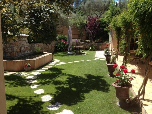 A garden outside Le Jas Fontaine