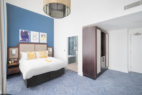 A bed or beds in a room at voco Grand Central - Glasgow, an IHG Hotel
