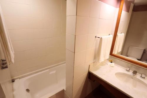 A bathroom at Tri Hotel