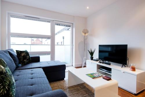 A television and/or entertainment center at Luxury 2-Bed Flat w Parking