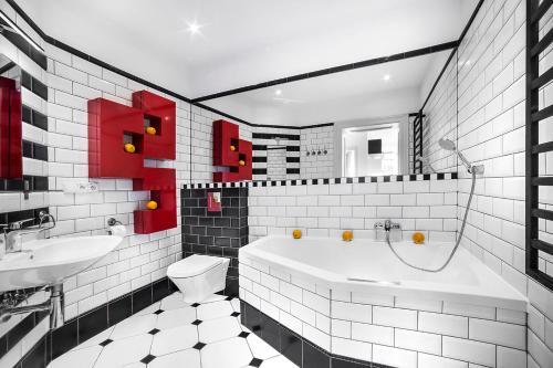 A bathroom at Apartamenty Pomarańczarnia