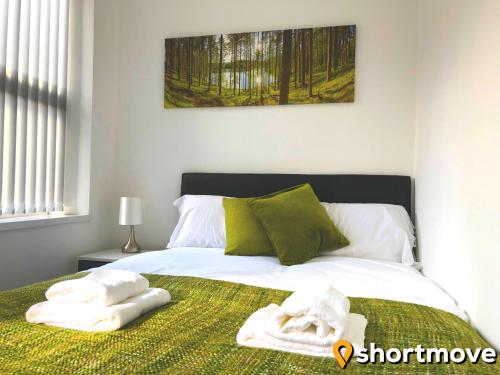 A bed or beds in a room at SHORTMOVE - Modern Studios, Wifi, Smart TVs, Parking