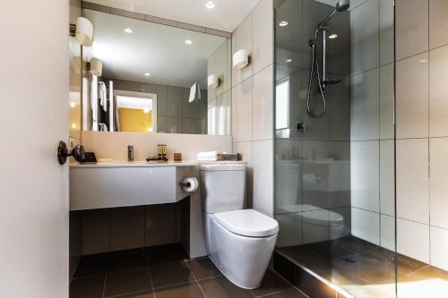 A bathroom at Lenna Of Hobart