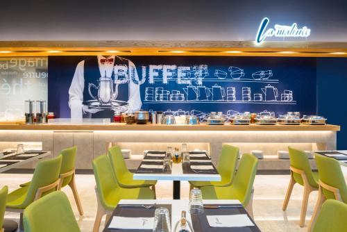 A restaurant or other place to eat at ibis budget Ambassador Busan Haeundae