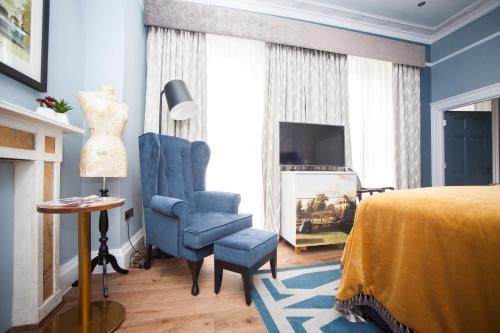 A seating area at Hotel Indigo - Bath, an IHG Hotel