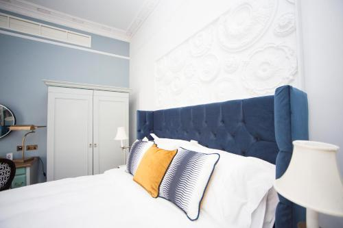 A bed or beds in a room at Hotel Indigo - Bath, an IHG Hotel