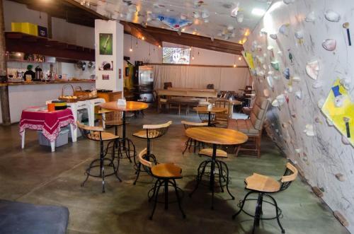 Um restaurante ou outro lugar para comer em Hostel Picus