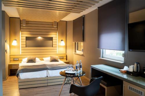 A bed or beds in a room at Zum grünen Baum