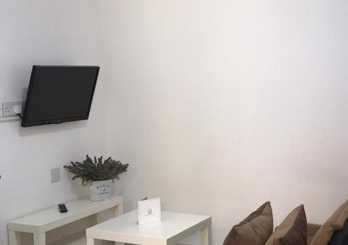 A television and/or entertainment center at Royal Sunset Studios & Apartments