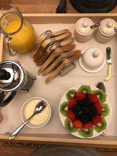 Breakfast options available to guests at Hollyside Lodge
