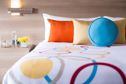 A bed or beds in a room at The Art Hotel Denver, Curio Collection by Hilton