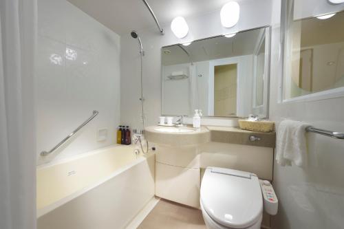 A bathroom at Hotel Sunroute Plaza Shinjuku