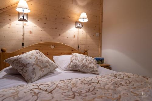 A bed or beds in a room at Les Alisiers