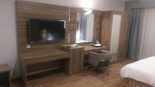 Uma TV ou centro de entretenimento em SAS RTL Hotel